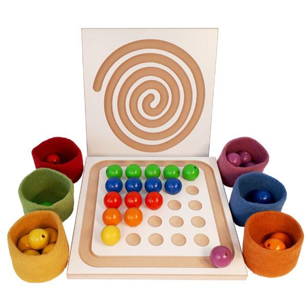 Perlenbrett aus Holz für Krippenkinder mit Filzbechern und Holzperlen in 6 Farben