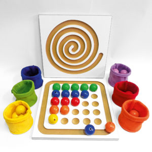 Inhalt des Junior Lege Sets für Kinder: 1 Perlenbrett, 36 große Holzperlen, 6 bunte Filzbecher