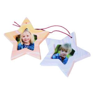 Von Kindern gebastelte Weihnachtsanhänger mit Fotos als Geschenk für die Eltern