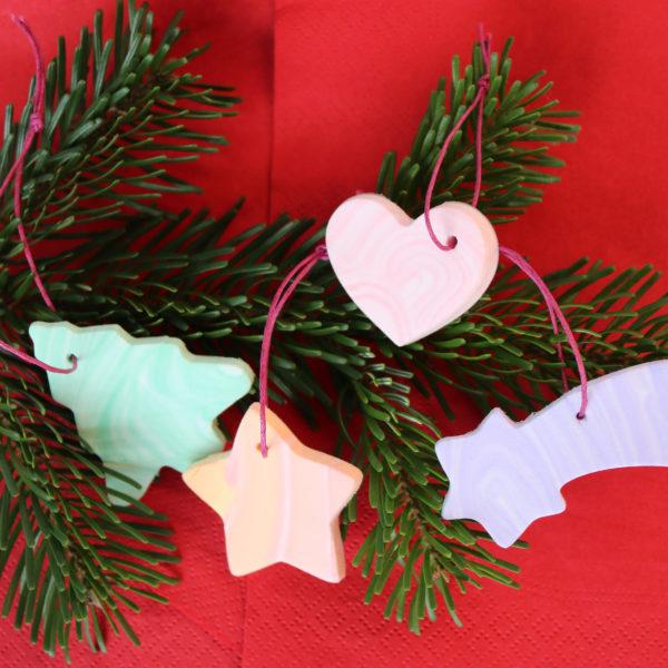 fertig gebastelte Weihnachtsanhänger aus Wolken Knete