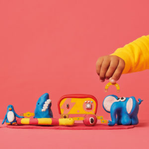 Kind baut mit dem Bright Creatures Kit einen Stromkreislauf