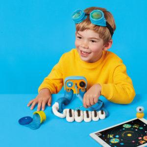 Kind erforscht Elektrizität mit dem Techno Sounds Kit