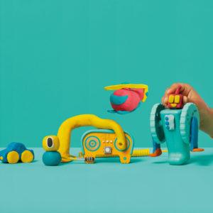 Kind spielt mit dem Electro Machines Kit