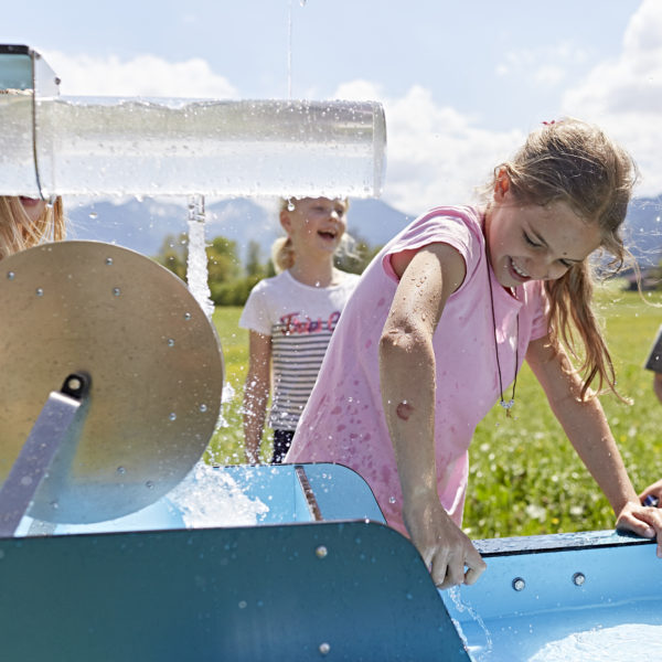 Foto: Kinder spielen mit mobilem Wasserspielplatz Wellenspieler