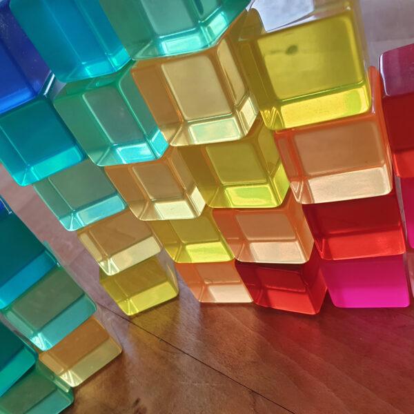 Licht schimmert durch die Acrylbauwürfel von Bauspiel