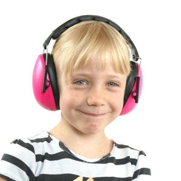 Kind mit Gehörschutz in pink
