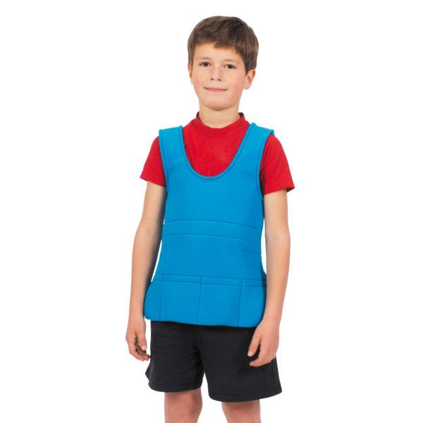 Kind trägt Gewichtsweste (Material zur sensorischen Integration)