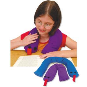 Kind liest entspannt mit Gewichts-Schulterschlange über der Schulter