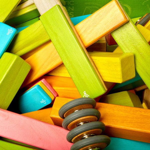 Nahaufnahme der bunten tegu Magnetbausteine aus Holz