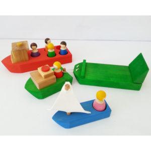 4 Holzschiffe mit Holzfiguren als Passagiere für Kinder von Bauspiel