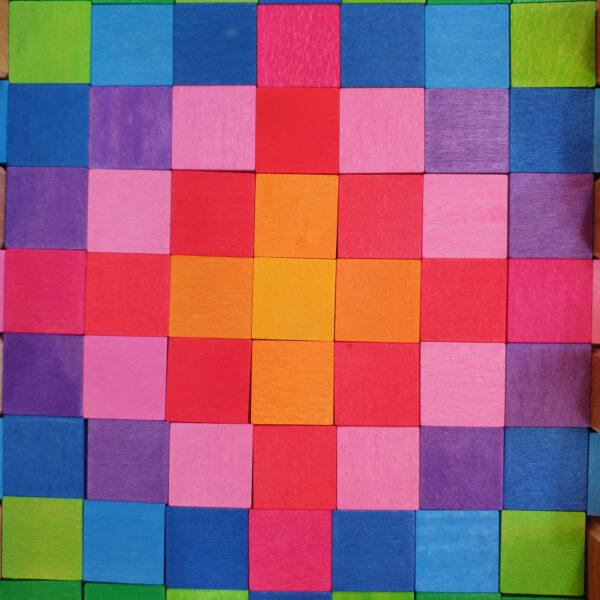Nahaufnahme Mosaik aus bunten Holzplättchen für Kinder im Kindergarten- und Schulalter