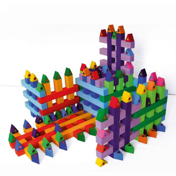 Bauwerk aus Gitterklötze bunt Holzbausteine für Kinder und bunte Dreiecke