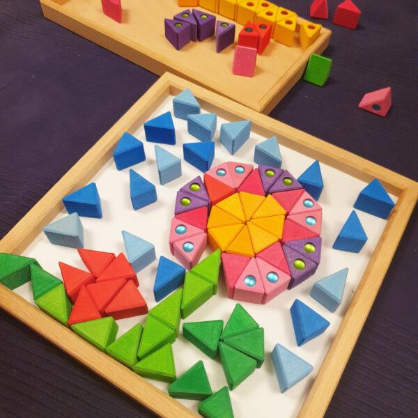 Blume aus bunten Dreiecken von Bauspiel