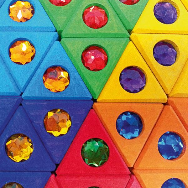 Nahaufnahme Bunte Dreiecke Holzbausteine mit Glitzersteinen für Kinder von Bauspiel