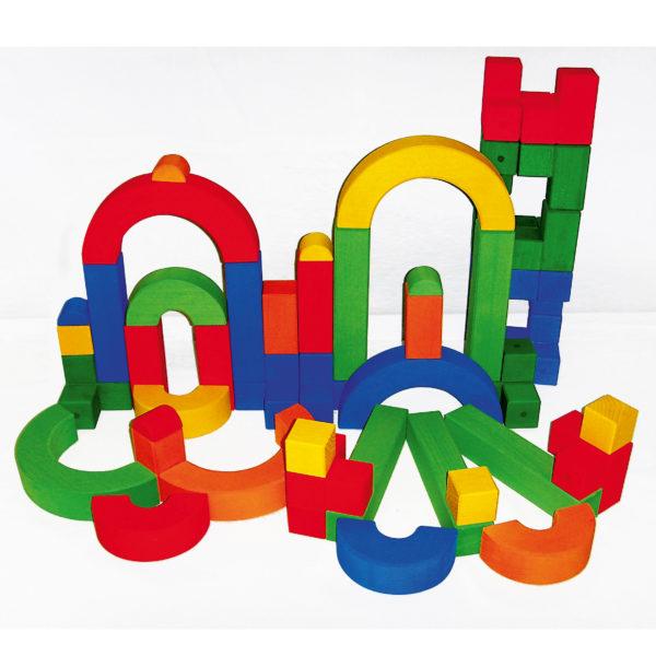 Bauwerk aus den Bausteinen des Junior-Bau-Sets mit bunten Holzbausteinen in unterschiedlichen Formen für Krippenkinder von Bauspiel
