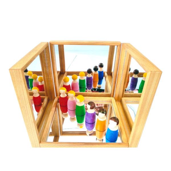 4 Spiegeltabletts aus Holz und Plexiglas für Kindergarten-Kinder aufgestellt zu einem Spiegelraum