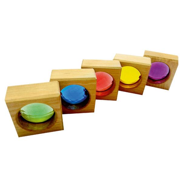 Holzbausteine für Kinder mit eingesetzten Funkelsteinen mit Facettenschliff