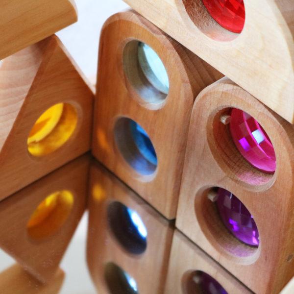 Nahaufnahme von Märchenschloss-Fenster Holzbausteinen für Kinder auf einer Spiegelplatte
