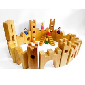 Große Ritterburg aus Holz aus dem Ritterburg-Set und der Ritterburg Erweiterung. Holzbausteine von Bauspiel für Kinder.