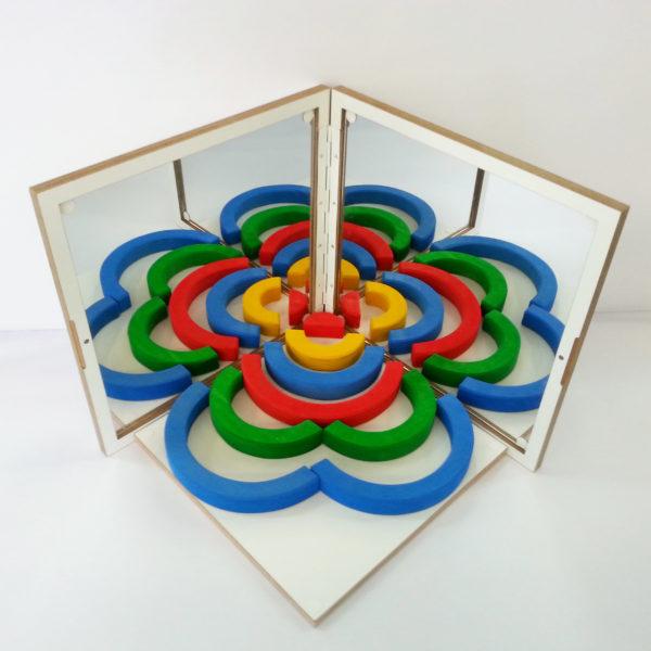 Blume aus Holzbausteinen im Spiegelkoffer für den Kindergarten von Bauspiel