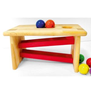 Ansicht von der Seite: Kinderhocker aus Holz mit integrierter Kugelbahn für Krippenkinder von Bauspiel