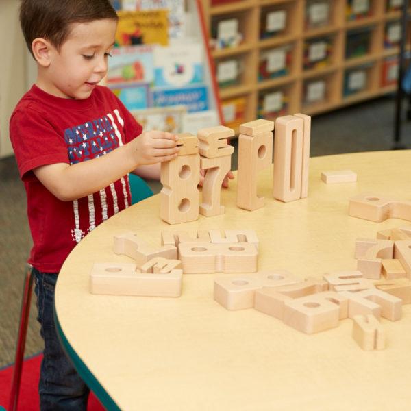 Kind lernt spielerisch rechnen mit den Sumblox Summenbausteinen für Kindergarten und Schule