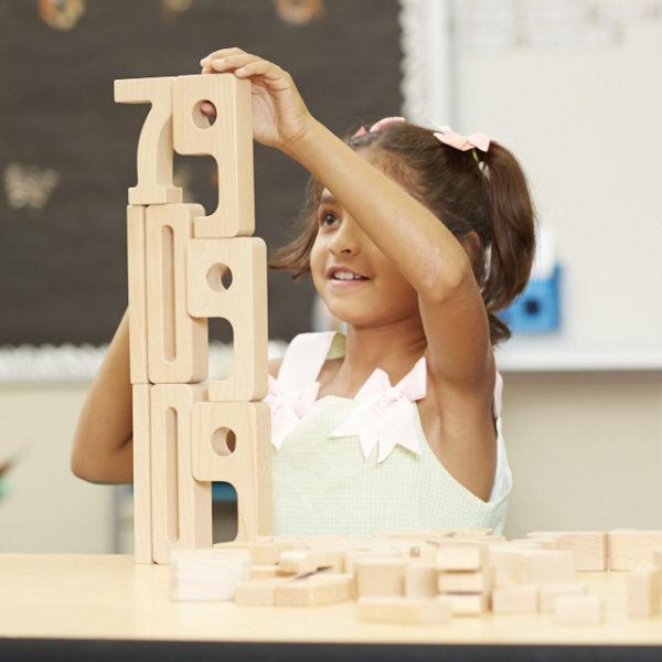 Kind rechnet mit den Sumblox Summenbausteinen für Kindergarten und Schule