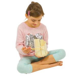 Kind spielt auf Klangtrommel