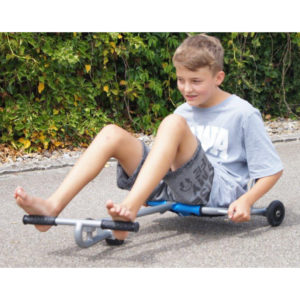 Foto: Kind fährt mit Swing Roller Gartenfahrzeug für Schule und Hort