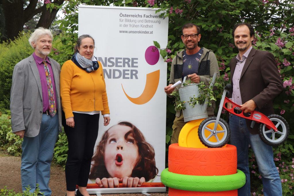 """Foto der Gewinnerziehung der Fachzeitschrift """"Unsere Kinder"""" mit Matthias Höller und Karl Ploberger"""
