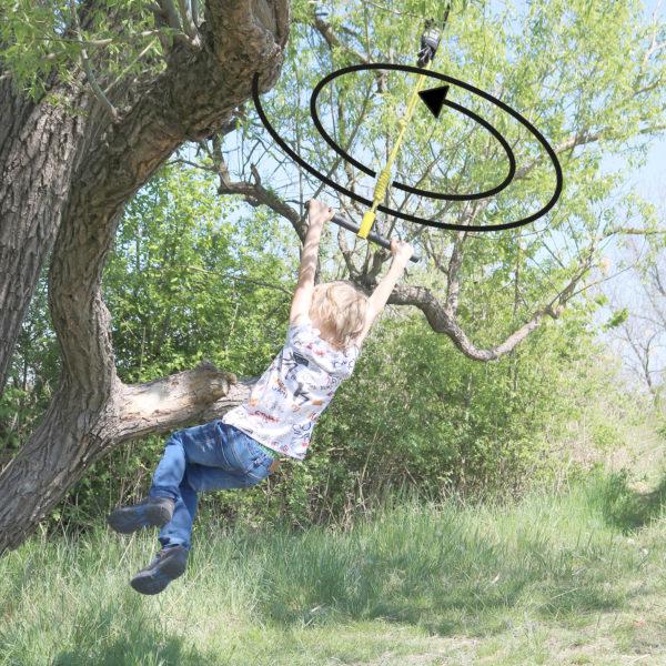 """Kind schaukelt und dreht sich hängend mit der """"Turn & Swing"""" Schaukel"""
