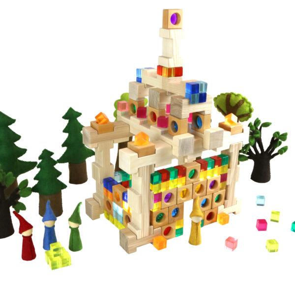 Lichterhaus aus Holzbausteinen und bunten Acrylglaswürfeln für den Kindergarten