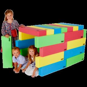 Kinder spielen in einem Spielhaus aus RIWI Riesen-Softbausteinen.