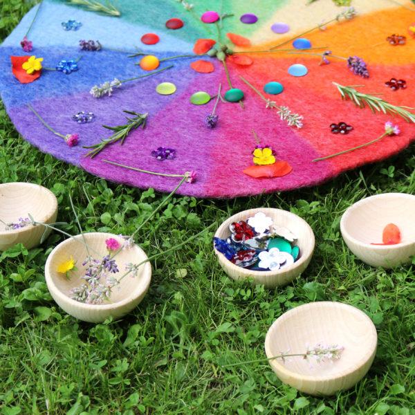 Holzschälchen mit Blumen und Funkelsteinen für ein Mandala auf dem Farbenkreis