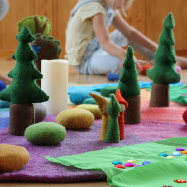 Fantasiewelt aus Spielzeug aus Filz und Holz im Kindergarten