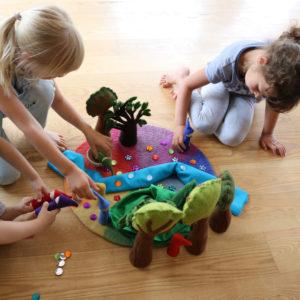 Kinder spielen mit Spielzeug aus Holz und Filz