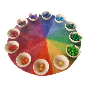 Farbenkreis in Kombination mit Holzschälchen und Holzperlen.