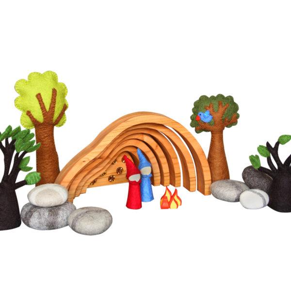 Fantasiewelt aus Holz- und Filz-Spielzeug: Schatzhöhle, Bäume, Felsen und Gnome