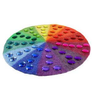 Große Glitzersteine in 12 Farben auf farblich passendem Farbenkreis aus Filz