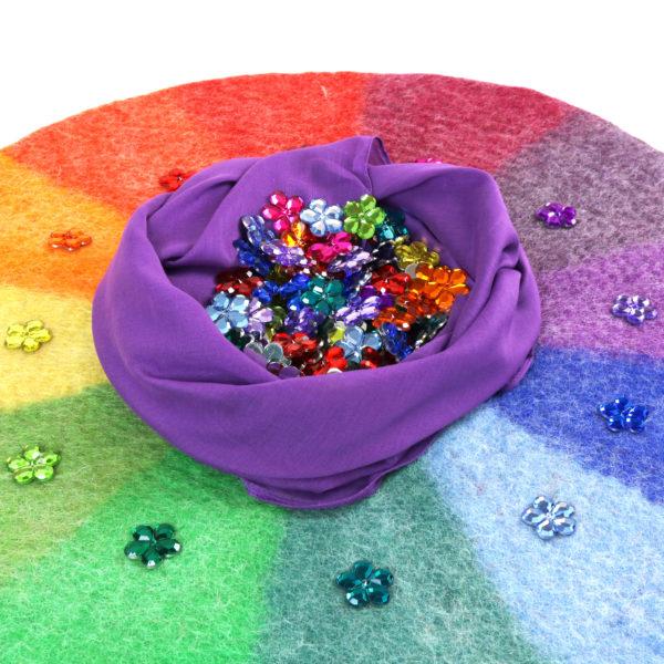 Glitzersteine in Blumenform in 12 Farben auf farblich passendem Farbenkreis aus Filz