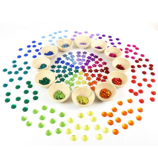 Glitzersteine in 12 Farben sortiert mit Materialschälchen aus Holz