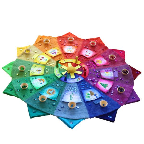 Farbenkreis mit Zubehör in Verwendung im Kindergarten als Jahreskreis.