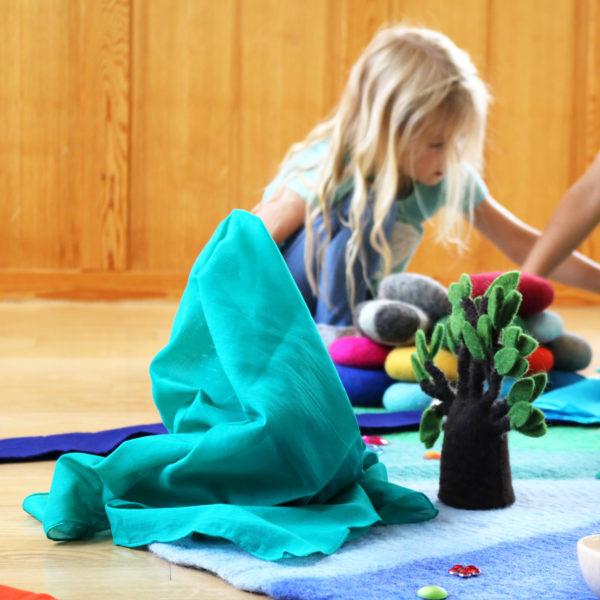 Freies Spiel im Kindergarten mit Spieltüchern aus Baumwolle