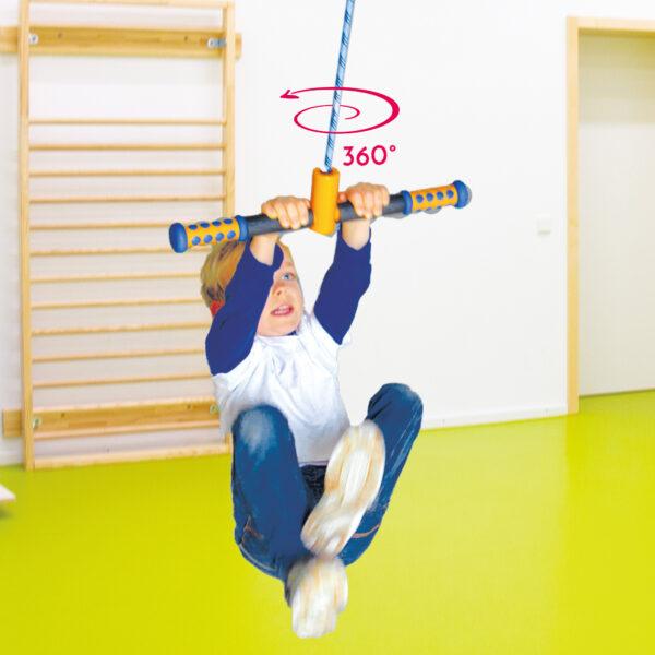 Kind dreht sich auf dem Turn and Swing