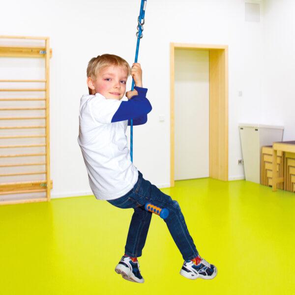 Kind schaukelt mit dem Turn and Swing