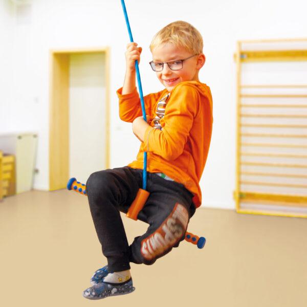 Kind schwingt auf dem Turn and Swing