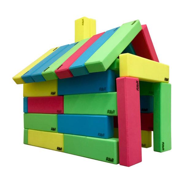Spielhaus gebaut aus RIWI Riesen-Softbausteinen