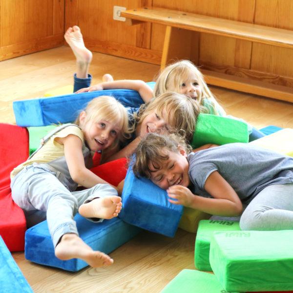 Kinder kuscheln mit RIWI Riesen-Softbausteinen
