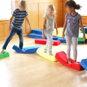 Bewegungsspiel im Kindergarten mit RIWI Riesen-Softbausteinen