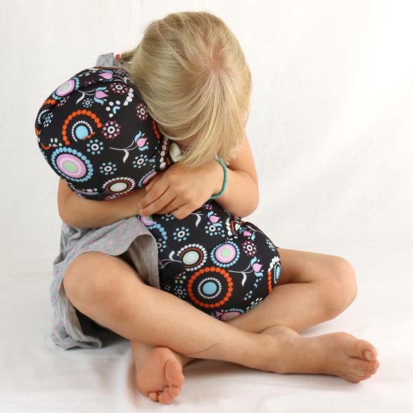 Kind kuschelt mit therapeutischem sensorischem Kissen von Senseez